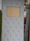 w tapicerowanej ściance znajduje się otwór na umieszczenie ozdobnej grafiki